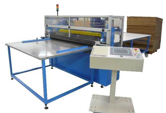 Guilhotina automática com sistema de avanço para corte de materiais flexíveis